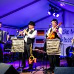 Django Mobil - Akkordeon, Klarinette, Gitarre und Kontrabass auf einer Bühne - open air konzert - akustik band - gipsy jazz klezmer swing
