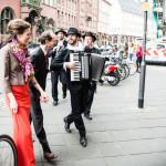 mobile band begleitet das hochzeitspaar von der kirche zum lokal