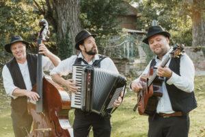 3 Gipsy-Swing Musiker mit Kontrabass, Akkordeon und Gitarre
